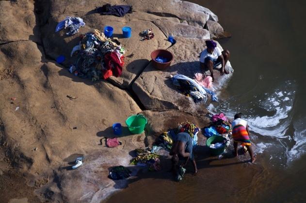 Lessive dans un marigot sur le fleuve Niger près de Kayes, Mali (14°28' N - 11°28' O). © Yann Arthus-Bertrand/Altitude