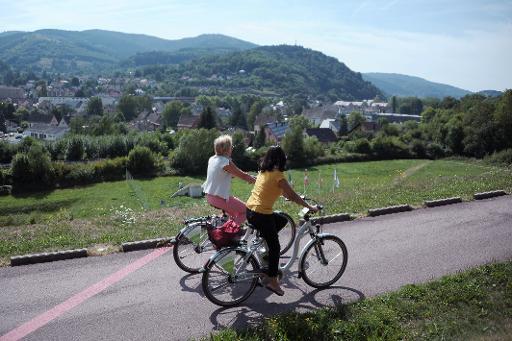 Deux personnes empruntent des vélos électriques à Schirmeck en Alsace le 22 août 2013 © AFP Frédérick Florin
