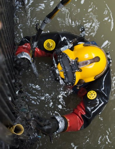 Mexican diver Julio Cesar Cu clears garbage at one of the pumping plants in Mexico City's sewage system on August 21, 2013. He became the mega-city's lone sewer diver when his two other colleagues quit for fresher air five years ago. © AFP/File Ronaldo Schemidt