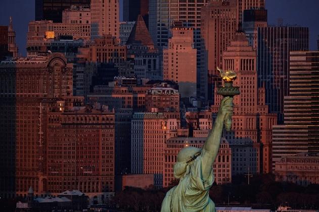 Statue de la Liberté sur Liberty Island et l'île de Manhattan en arrière plan, New York, Etats-Unis (40°41' N - 74°03' O).
