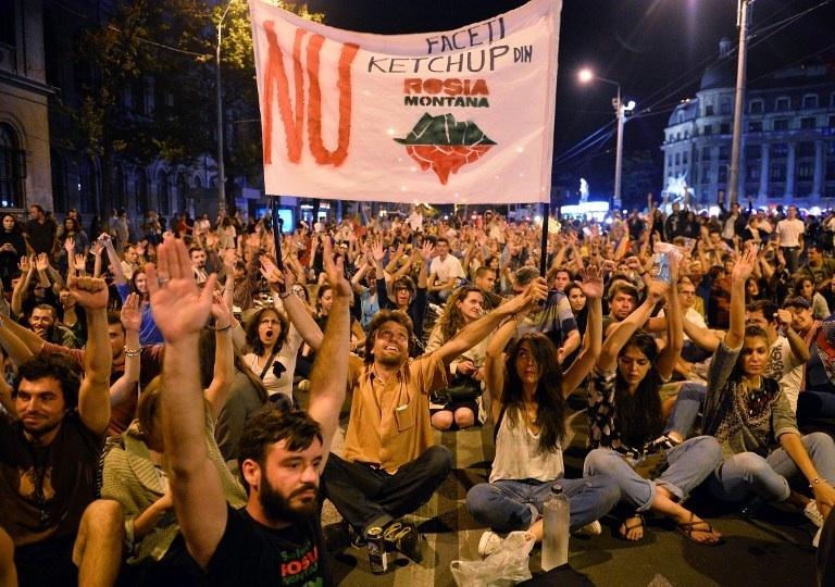 Roumanie, Bucarest : des manifestants dans les rues de Bucarest le 2 septembre 2013. Ils manifestent contre Rosia Montana Gold Corporation, un projet de mine à ciel ouvert utilisant du cyanure. © AFP PHOTO / DANIEL MIHAILESCU