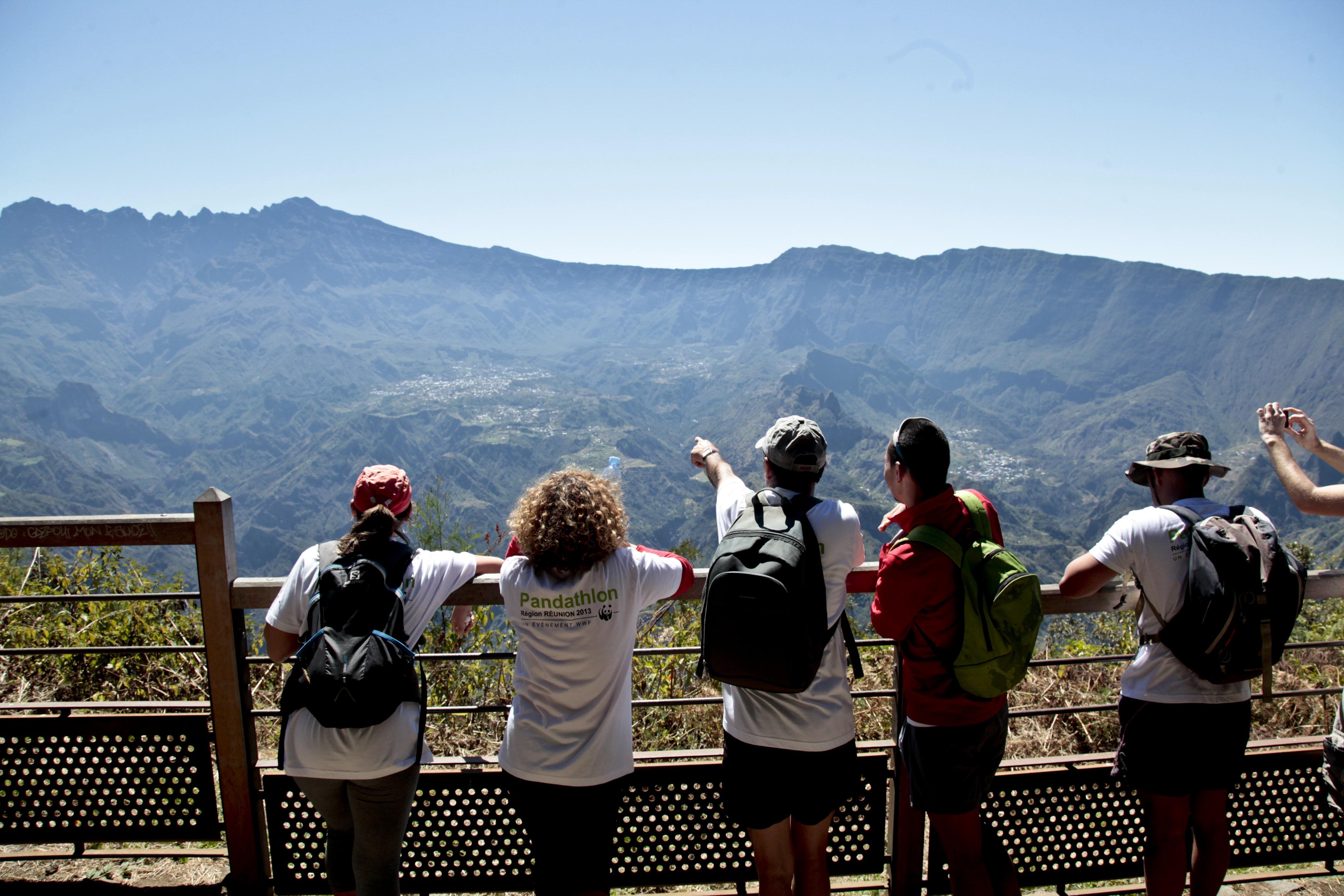 Les Makes, La Réunion. Des participants au pandathlon 2013 de La Réunion admire la vue imprenable sur le cirque de Cilaos en plein parcours. © David CSC/RégionRéunion