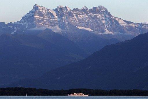 A ship sails on Lake Geneva under the Dents du Midi in western Switzerland on July 12, 2007 © AFP/File Fabrice Coffrini
