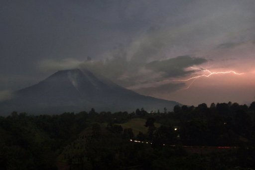 Lightning strikes next to Mount Sinabung volcano as it spews steam and ash on September 18, 2013. More than 15,000 people have now fled their homes since Mount Sinabung in western Indonesia spectacularly erupted this week, an official said Thursday. © AFP Ade Sinuhaji