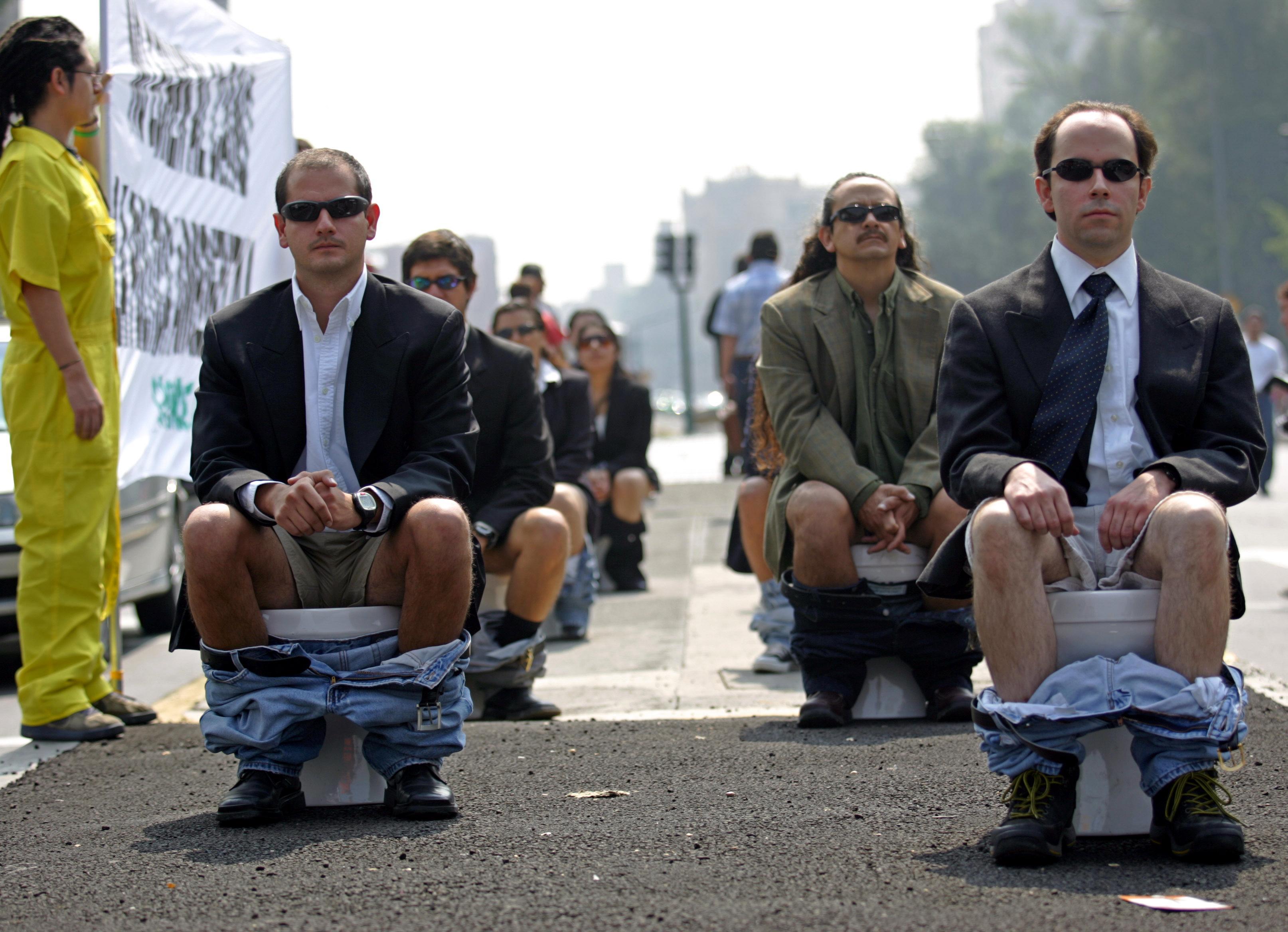 Des militants de Greenpeace protestent contre la politique environnementale du gouvernement mexicain en 2006 © FP PHOTO/Juan BARRETO