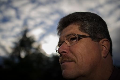 """Photo prise le 10 octobre 2013 de Thierry Betsch, habitant de Pfetterhouse (Alsace), l'un des """"nez"""" recrutés pour surveiller la qualité de l'air autour de la décharge chimique de Bonfol (Suisse) © AFP/Archives Sébastien Bozon"""