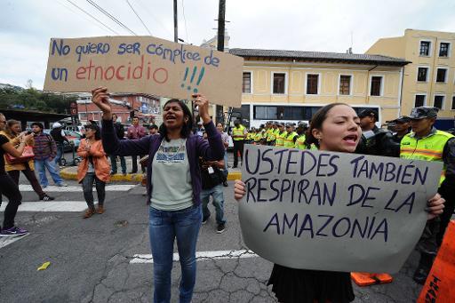 Des écologistes protestent contre l'exploitation du parc Yasuni, le 2 octobre 2013 devant le Parlement à Quito  © AFP Rodrigo Buendia