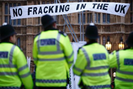 Des policiers britanniques face à des manifestants contre le gaz de schiste, à Londres le 1er décembre 2012 © AFP/Archives Justin Tallis