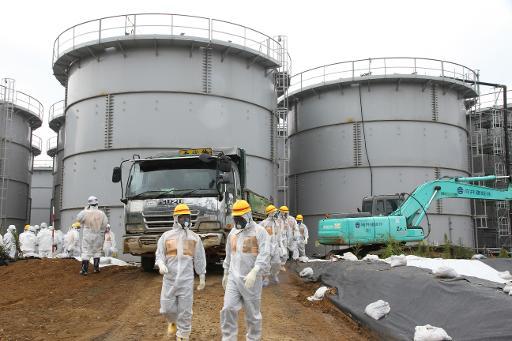Des membres de l'Autorité de régulation nucléaire du Japon inspectent les réservoirs d'eau contaminée à la centrale nucléaire de Fukushima Daiichi, le 23 août 2013 © Autorité de régulation nucléaire du Japon/AFP/Archives Nuclear Regulation Authority
