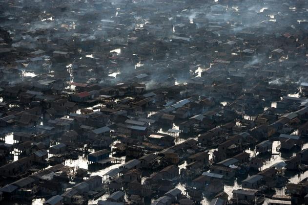 Bidonville de Makoko, lagune de Lagos, État de Lagos, Nigéria (6°29'N - 3°23'E). © Yann Arthus-Bertrand/Altitude