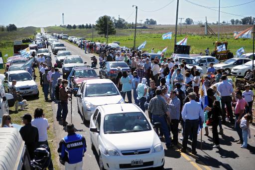 Des habitants de la ville argentine de Gualeguaychú (centre-est) forment une caravane de voitures pour protester contre l'accroissement de la production d'une usine qu'ils jugent polluante en Uruguay le 6 octobre 2013  © AFP Miguel Rojo