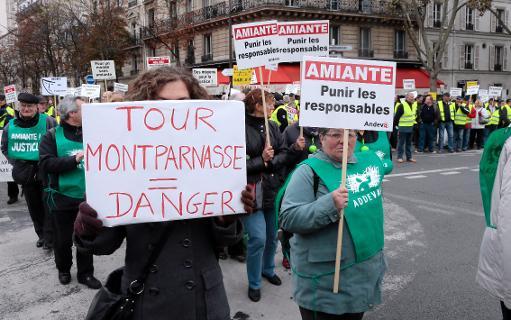 """Plusieurs milliers de victimes de l'amiante, venues de toute la France, ont manifesté samedi à Paris, de la Tour Montparnasse """"amiantée"""" jusqu'au Palais de justice, pour réclamer """"la punition des responsables"""" et une meilleure """"prévention"""" contre ce risque qui reste """"actuel"""", a constaté une journaliste de l'AFP. © AFP Jacques Demarthon"""