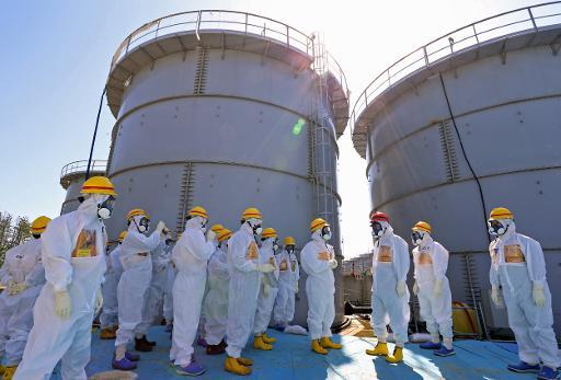 Presque tous les jours, la compagnie Tokyo Electric Power (Tepco) annonce des incidents à la centrale atomique sinistrée de Fukushima, dont une grande partie est liée à l'accumulation d'eau radioactive. Des responsables de Tepco expliquent la situation à l'AFP. © Japan Pool/AFP/Archives Japan Pool