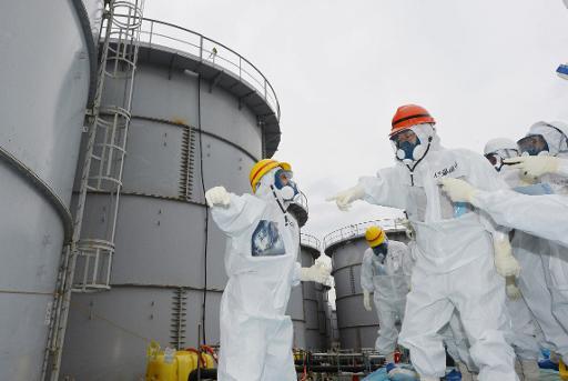 Le gouverneur de Fukushima, Yuhei sato (casque orange), visite la centrale, le 15 octobre 2013 © Jiji Press/AFP/Archives