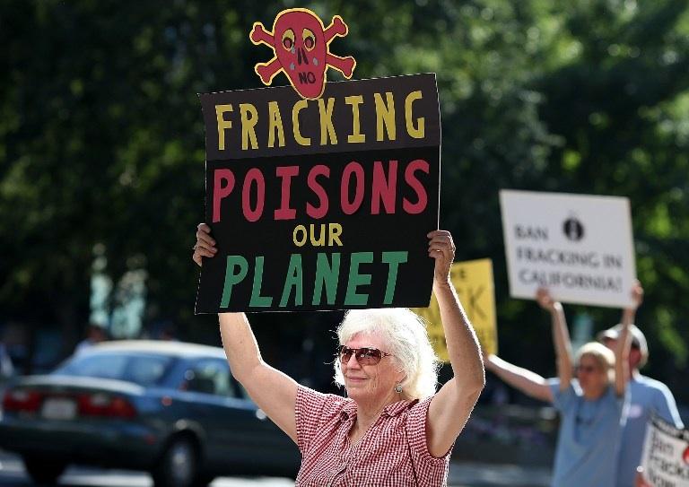Sacramento, Etats-Unis : des militants manifestent contre la fracturaiton hydraulique devant le siège de l'Agence Californienne pour la Protection de l'Environnement en juillet 2012. © Justin Sullivan/Getty Images/AFP