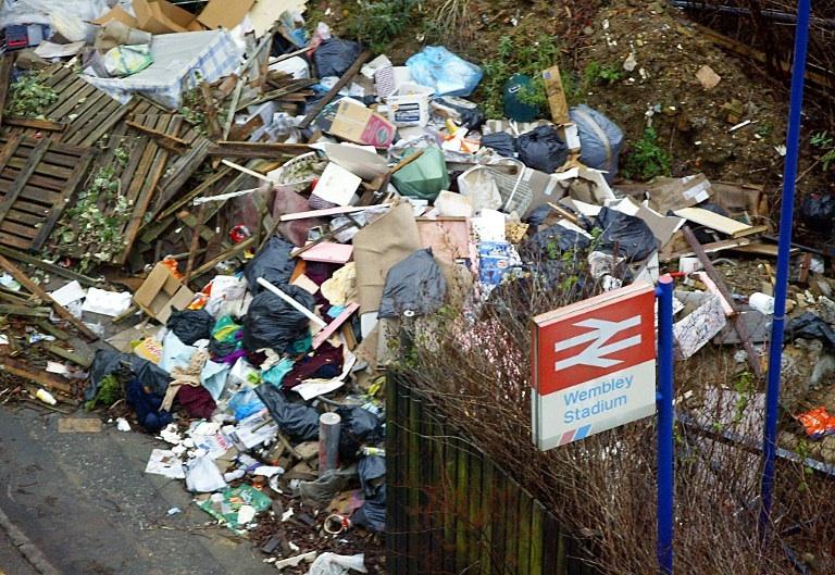 Londres, Royaume-Uni: des déchets déversés le long de la voie ferrée près du stade de Wembley à Londres. © AFP PHOTO Adrian DENNIS