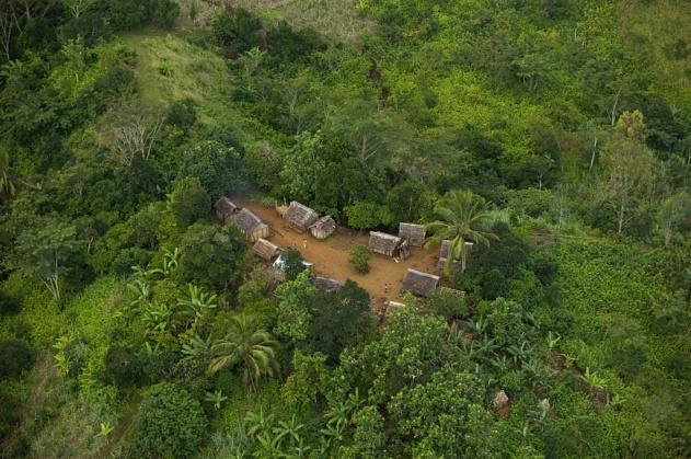 Village entouré de forêts près de Maroansetra, Madagascar (15°24'S - 49°36'E). © Yann Arthus-Bertrand/Altitude