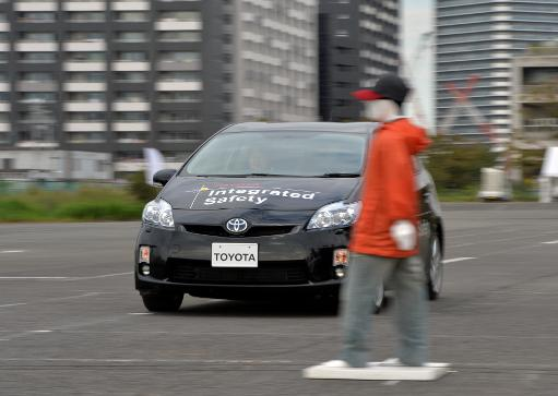 "Toyota Motor demonstrates its ""pre-collision system"", which uses automatic steering in addition to automatic braking to prevent collisions, in Tokyo, October 10, 2013 © AFP Yoshikazu Tsuno"