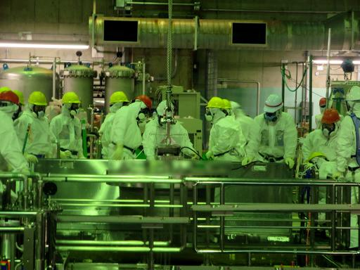 Photo fournie par la compagnie Tokyo Electric Power (Tepco) le 22 novembre 2013 montrant des techniciens en train d'extraire des assemblages de combustible de la piscine du réacteur 4 de la centrale de Fukushima © Tepco/AFP/Archives
