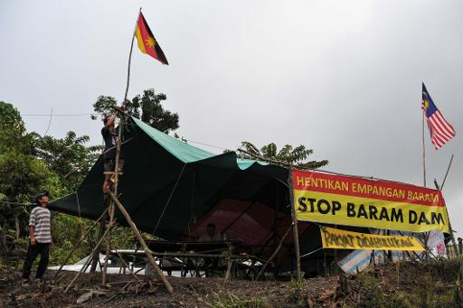 Villagers prepare their camp at the second blockade near the proposed dam on the Baram River, in Long Keseh, Malaysia's Sarawak state on the island of Borneo, on November 16, 2013 © AFP/File Mohd Rasfan