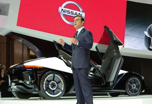 Le PDG de Nissan, Carlos Ghosn, présente le BladeGlider, le nouveau véhicule électrique sportif du groupe, le 20 novembre 2013 au salon de l'automobile de Tokyo © AFP Toru Yamanaka
