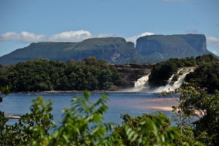 Canaima, Venezuela: les chutes de Golondrina et Ucaima dans le parc national de Canaima au Venezuela en janvier 2011. Ce parc fait parti des 137 aires protégées irremplacables désignées par l'UICN. © AFP PHOTO/MIGUEL GUTIERREZ