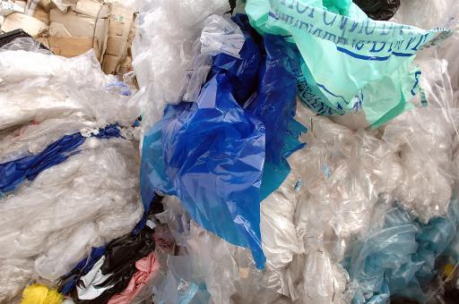 La Commission européenne a sommé lundi les Etats-membres de réduire l'usage des sacs en plastique à usage unique, dont plus de 8 milliards par an finissent en déchets sauvages dans l'UE, asphyxiant sols et mers © AFP/Archives Jean-Philippe Ksiazek