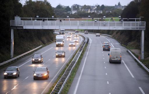 La suspension annoncée mardi de l'écotaxe poids-lourds qui devait entrer en vigueur le 1er janvier ne satisfait que 31% des Français, selon un sondage Ifop à paraître dans Dimanche Ouest-France. © AFP Photo Fred Tanneau