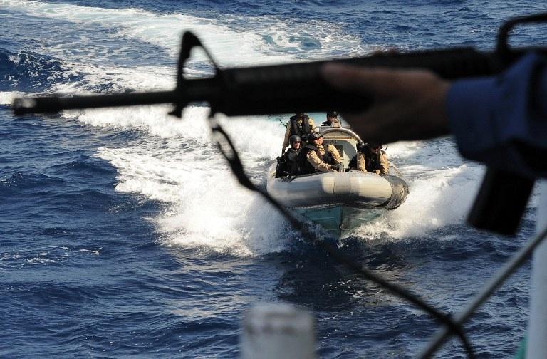 Piraterie en Somalie. Mogasishu, Somalie : des marines canadiens s'approchent d'un cargo du Programme Alimentaire Mondial alors qu'il s'approche du port de Mogadishu afin de l'escorter jusqu'à l'entrée du port et de le protéger de toutes attaques de pirates. © AFP PHOTO/ SIMON MAINA