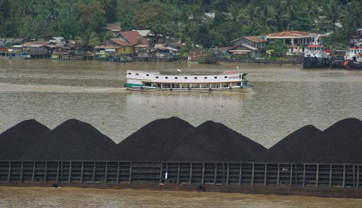 A barge on the river Mahakam ships a cargo of coal from the mining area in Samarinda, East Kalimantan, on November 10, 2013 © AFP Bay Ismoyo
