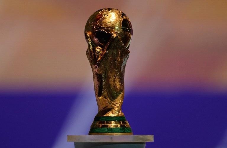 Costa do Sauipe, Brésil: le trophée de la coupe du monde de football durant le tirage au sort des équipe pour le tournoi qui se déroulera en 2014 au Brésil. © AFP PHOTO / VANDERLEI ALMEIDA