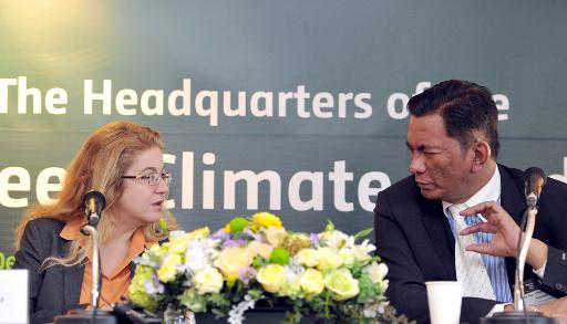 Hela Cheikhrouhou (L), executive director of the Global Climate Fund, and Jose Maria Clemente, co-chair of the board, at the opening of the fund's new headquarters in Songdo, South Korea, on December 4, 2013 © AFP/File Woohae Cho