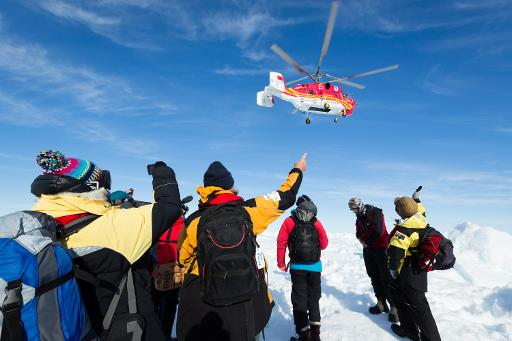A helicopter from the nearby Chinese icebreaker Xue Long hovers above passengers from the Russian ship MV Akademik Shokalskiy as the rescue takes place in Antarctica, January 2, 2014 © footloosefotography.com/AFP/File Andrew Peacock