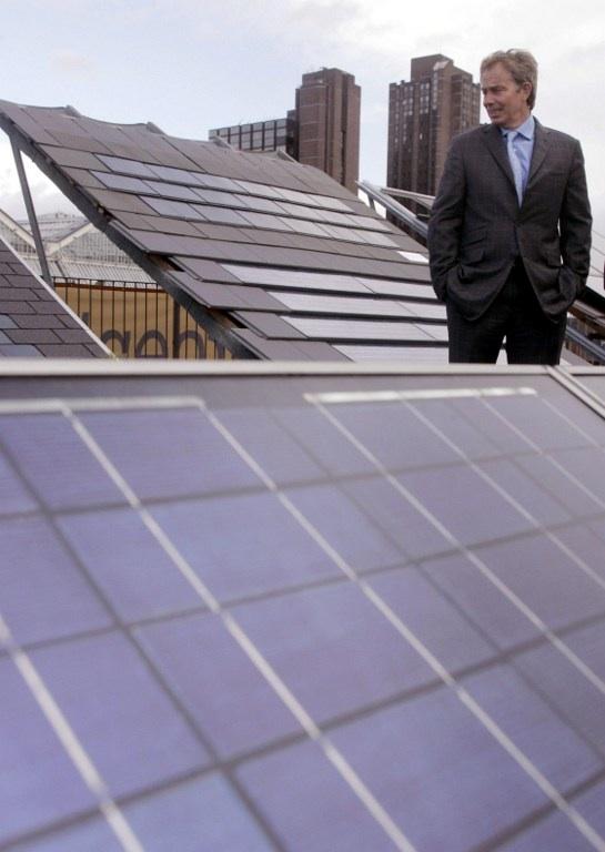 Londres, Royaume-Uni : le premier ministre de l'époque, Tony Blair, en visite dans l'entreprise Solar Century qui dessine et fabrique des panneaux solaires en septembre 2004. © AFP PHOTO / RUSSEL BOYCE / WPA POOL