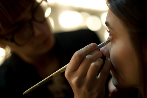 A makeup artist puts finishing touches to a model in Rio de Janeiro on April 16, 2013 © AFP/File Christophe Simon