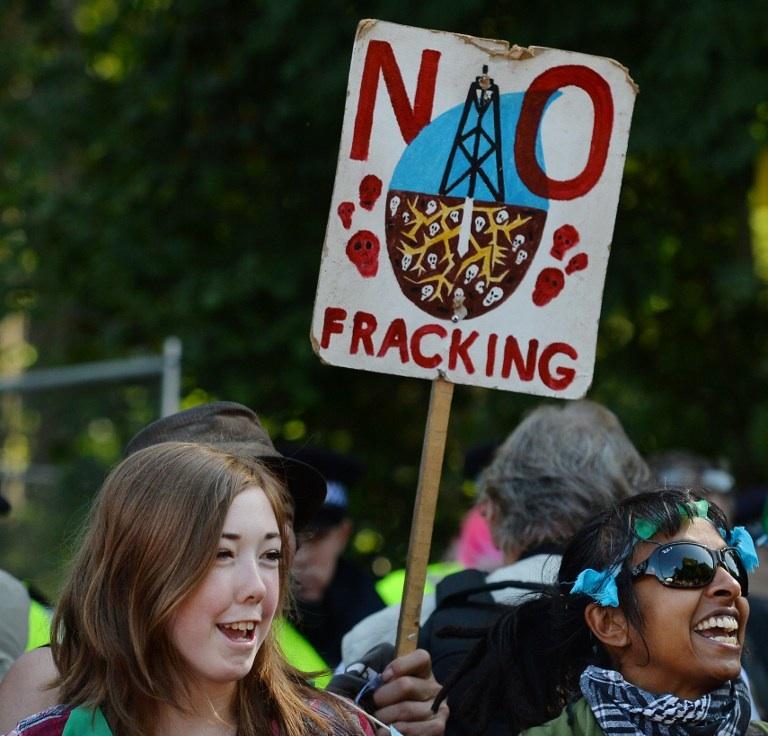 Balcombe, Royaume-Uni : des personnes manifestent devant un site d'exploitation de gaz de schiste tenu par l'entreprise britannique Cuadrilla Resources à Balcombe dans le sud de l'Angleterre en aout 2013. © AFP PHOTO / BEN STANSALL