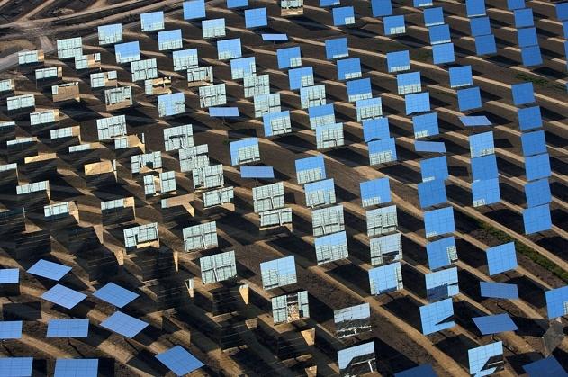 Centrale solaire thermoélectrique de Sanlúcar la Mayor, Andalousie, Espagne (37°26' N - 6°15' O). © Yann Arthus Bertrand/Altitude