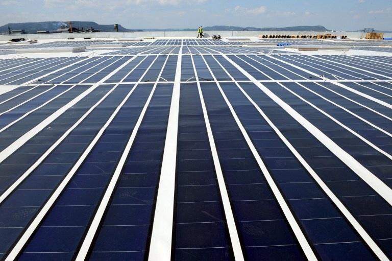 FRANCE, Laudun-l'Ardoise : Photo prise le 15 avril 2008 à Laudun de panneaux photovoltaïques, installés sur le toit d'un entrepôt de supermarché et constituant la plus grande centrale photovoltaïque d'Europe intégrée en toiture. © AFP PHOTO / PASCAL GUYOT