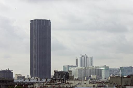 """Les copropriétaires de la Tour Montparnasse ont assuré mercredi qu'il n'y avait """"actuellement pas de risque sanitaire"""" lié à la présence d'amiante dans le célèbre bâtiment parisien, après la publication d'un rapport d'expert attribuant des pollutions récentes à des """"lacunes"""" dans les travaux. © AFP/Archives Joel Saget"""