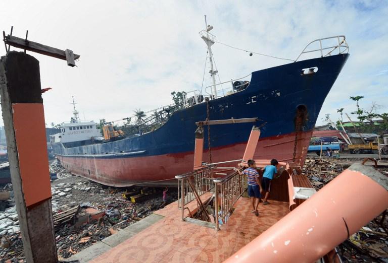 Philippines, Tacloban: des débris jonchent le sol après le passage du typhon Haiyan, la plus grosse catastrophe naturelle de l'année 2013. ©  AFP PHOTO / TED ALJIBE