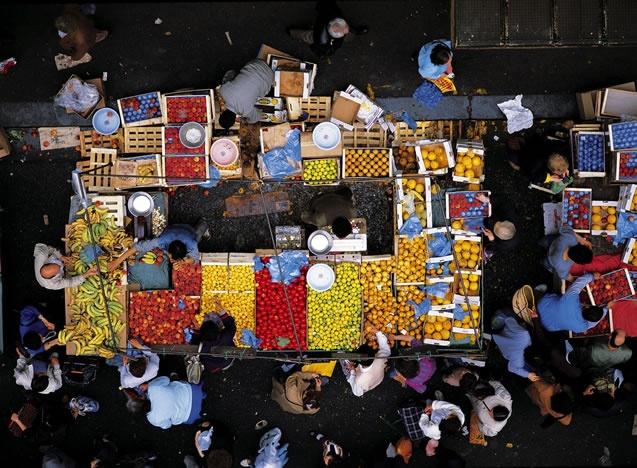Le marché d'Aligre du XIIe arrondissement de Paris, France (48°51' N - 2°23' E). © Yann Arthus-Bertrand Altitude / Photo