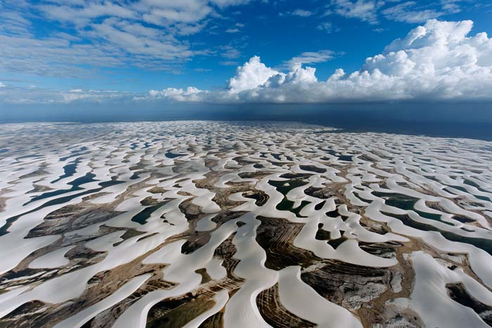 Parc national des Lençóis Maranhenses, Etat du Maranhão, Brésil. Les dunes constituent une excellente barrière naturelle contre la montée des eaux. (2° 32' 00 S - 43° 07' 00 O). © Yann Arthus-Bertrand Altitude / Photo