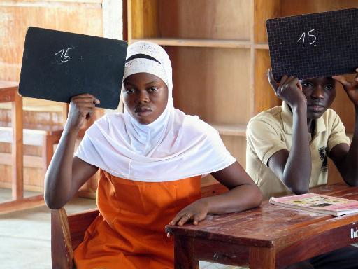 Azizath Boussari montre un résultat sur son ardoise, lors d'une leçon dans le cadre du Programme de cours accéléré, à Pobé au Benin, le 5 février 2015 ©afp.com / Delphine Bousquet