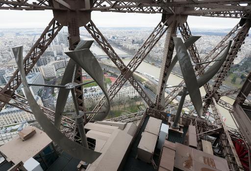 Photo prise le 26 février 2015 des éoliennes installées sur la Tour Eiffel, au deuxième étage  © AFP Jacques Demarthon