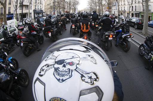 Manifestation de motards à Paris le 8 février 2015 pour dénoncer le plan de lutte contre la pollution de l'air de la mairie de Paris © AFP Joël Saget