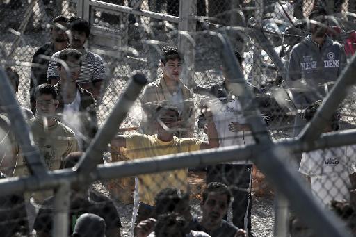 Des migrants le 21 février 2015 dans le camp de rétention d'Amygdaleza, à 25 km au nord d'Athènes. ©afp.com / Angelos Tzortzinis