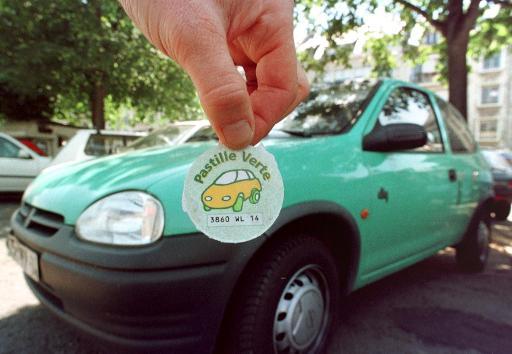 Photo prise le 10 août 1998 de la pastille verte destinée aux voitures propres © AFP Mychele Daniau