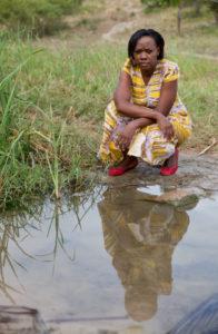 Phyllis Omido à côté d'un bassin de rejet nettoyé des eaux de la fonderie de plomb. Photo : Goldman Environment Prize