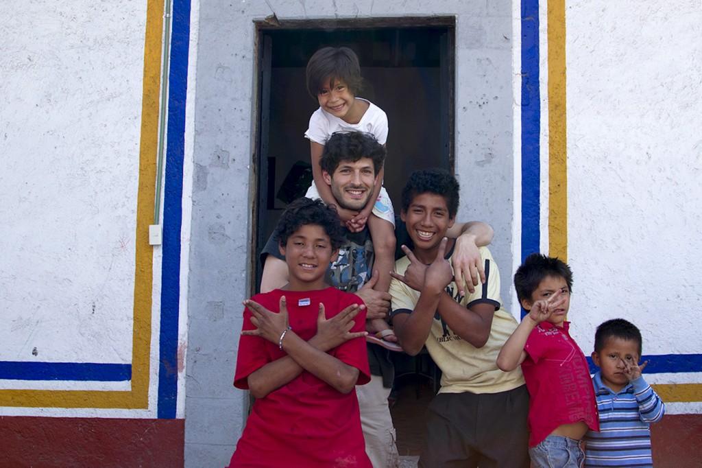 Emmanuel, notre cadreur, et les enfants du foyer de la fondation Renacimiento. © Humankind Production