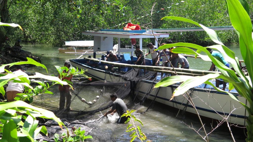 Préparation des filets avant le départ en mer d'un des plus gros bateaux de la communauté de Bahoi © Fondation GoodPlanet